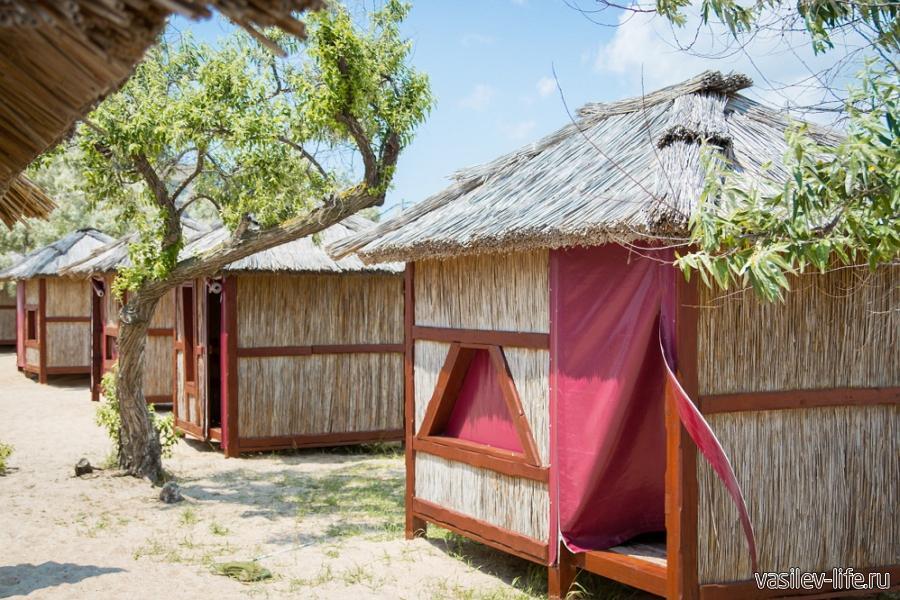Автокемпинг «Лазурный берег» Евпатория, камышовые домики