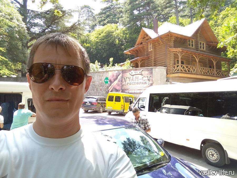 Автомобильная-стоянка недалеко от водопада Учан-Су