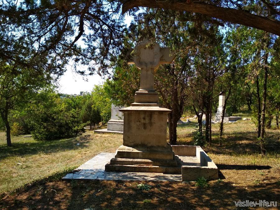 Братское кладбище на территории церкви Николая Чудотворца в Севастополе