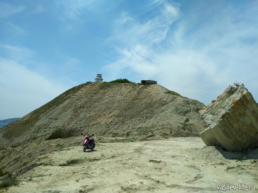 Вдали виднеется Ильинский маяк