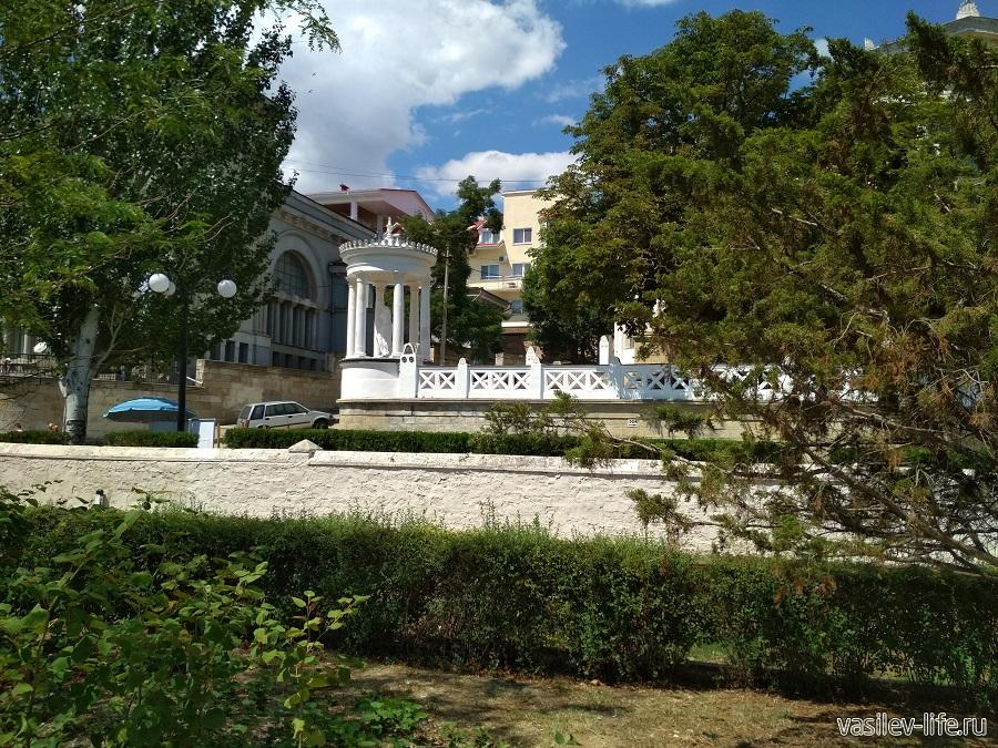 Вид с Черноморской набережной Феодосии на дачу Милос