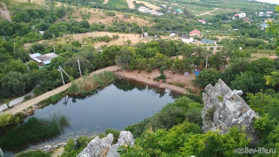 Вид с вершины Красного камня на озеро