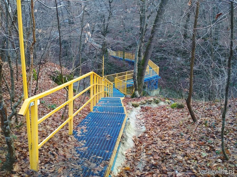 Мост ведущий к водопадам