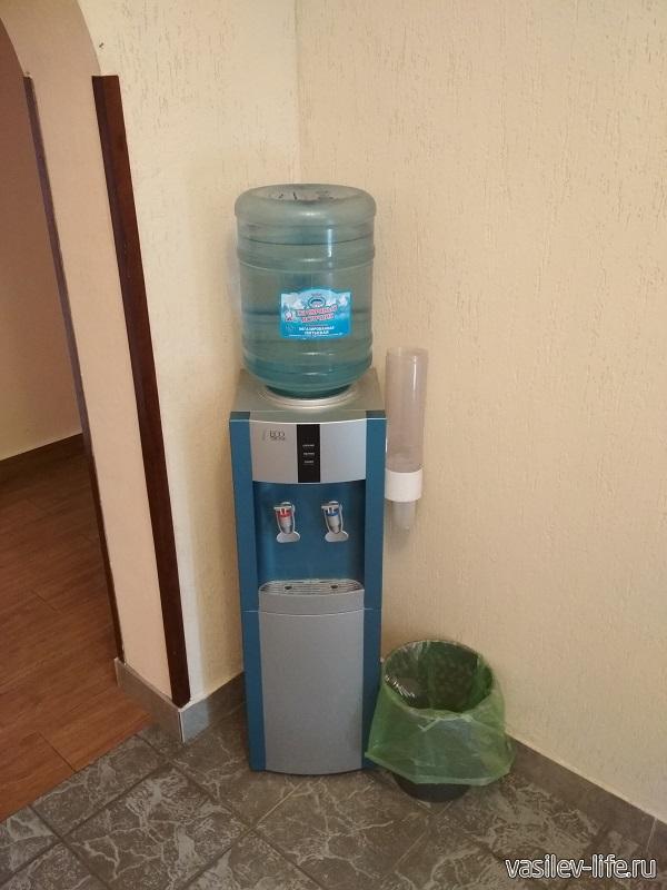 В коридорах стоят кулеры с питьевой водой