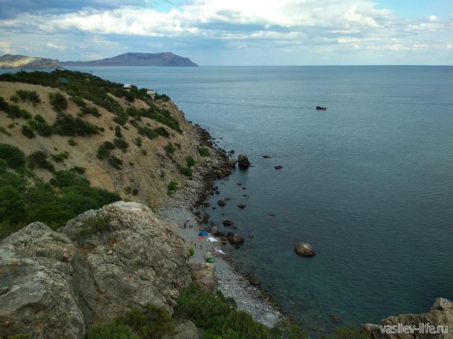 Гора Сокол (внизу дикий пляж)