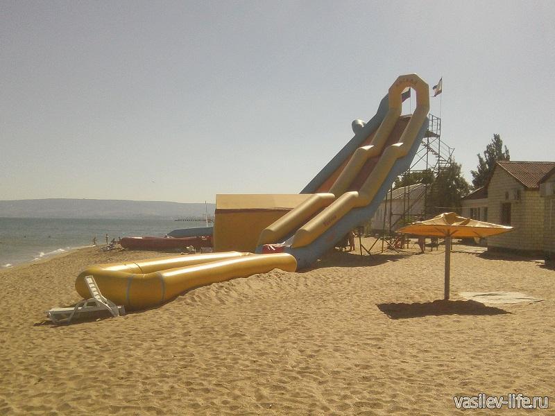 Горка на пляже