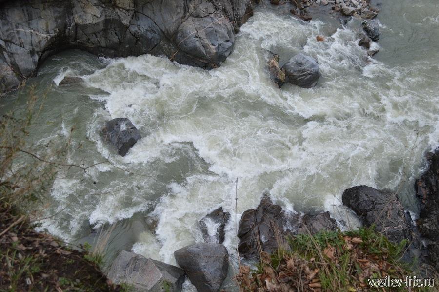 В этих местах река очень бурная, интересно как тут весной