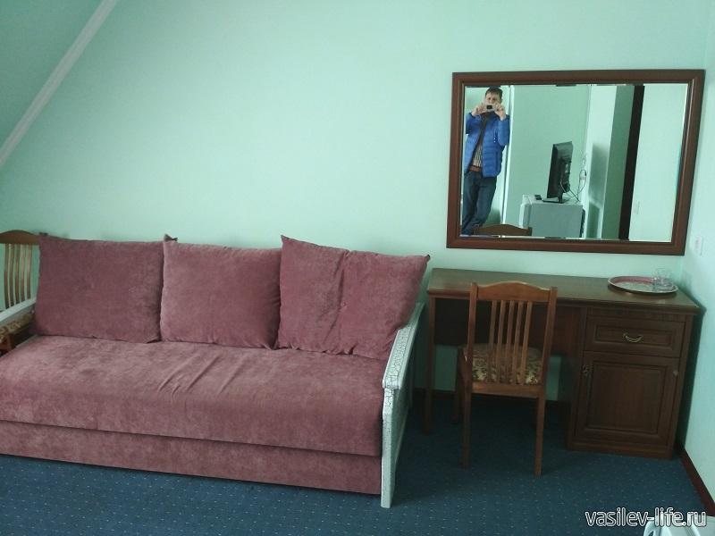 Диван и стол в нашем номере