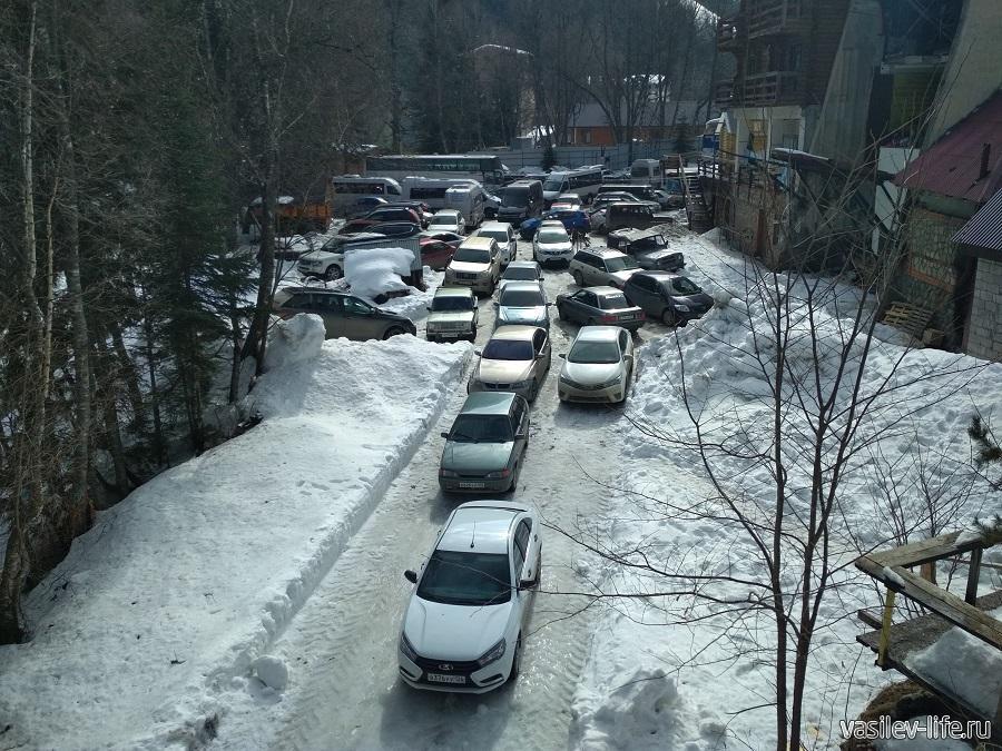 С парковками тут не так всё благополучно, много из них платные