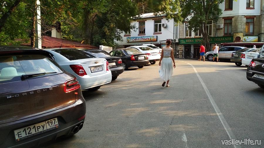 Дорога и платная парковка возле Ливадийского дворца