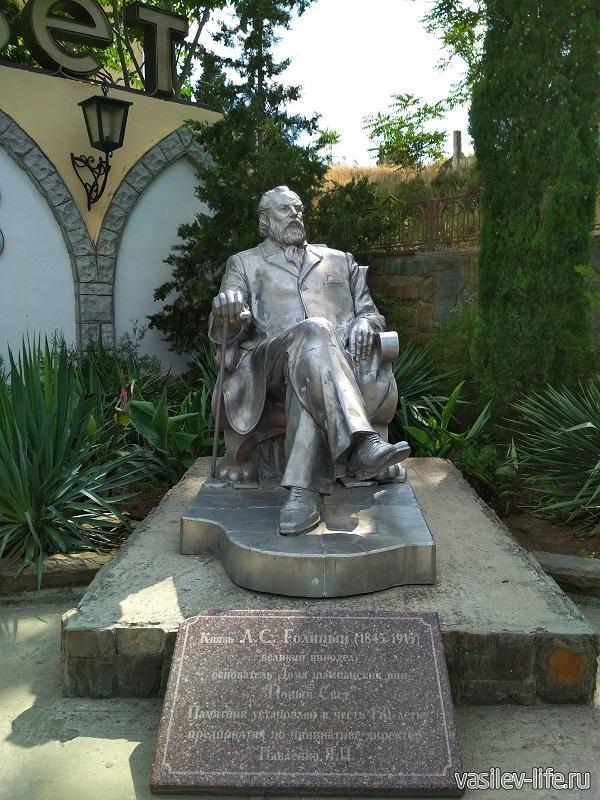 Князь Голицын на входе в завод