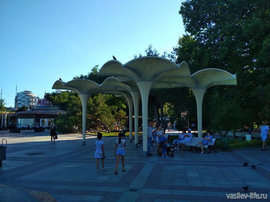 Зонтики на набережной Ялты