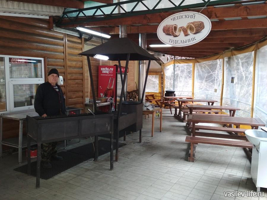 Кафе 1707 8, в беседке готовят шашлык