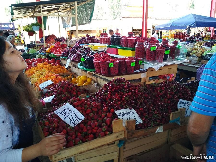 Фрукты Крыма в июне (Крымский рынок в Феодосии)