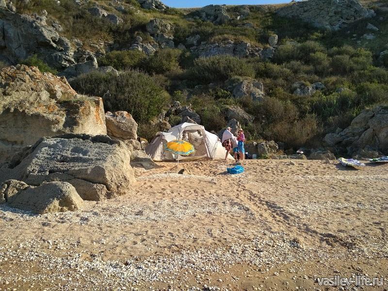 Люди стоят с палатками