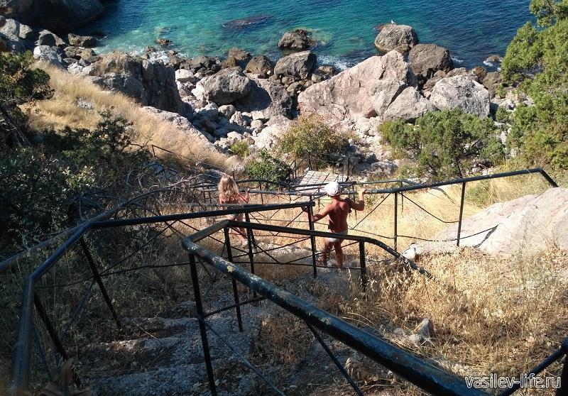 Металлическая лестница ведущая к пляжу