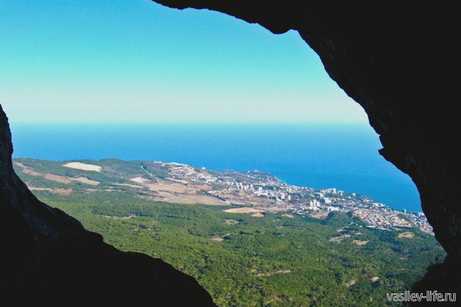 Мисхорские гроты на Ай-Петри, вид из пещеры