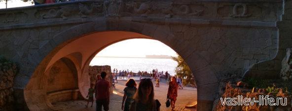 Мост влюбленных на Набережной Севастополя