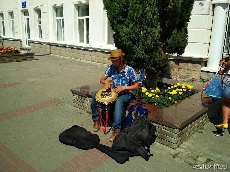 Уличные музыканты на набережной