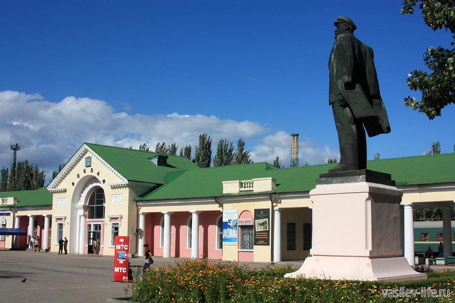 Памятники Ленину у железнодорожного вокзала