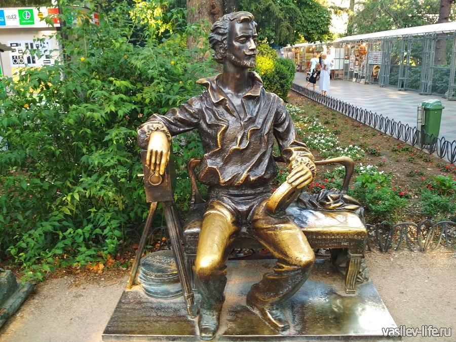 Памятник А. Ханжонкову в Ялте (2)