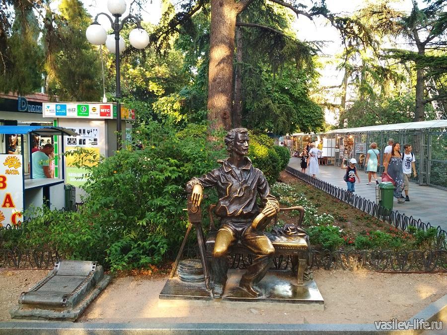Памятник А. Ханжонкову в Ялте