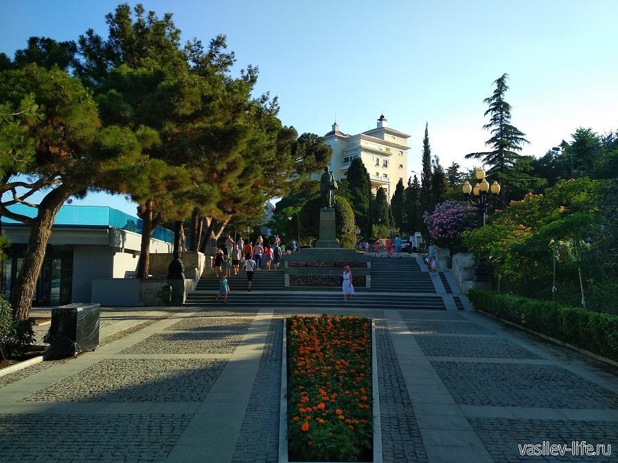 Памятник Горькому на набережной Ялты