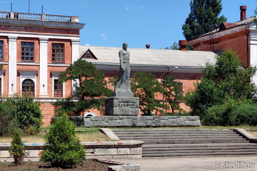 Памятник Назукину в Феодосии