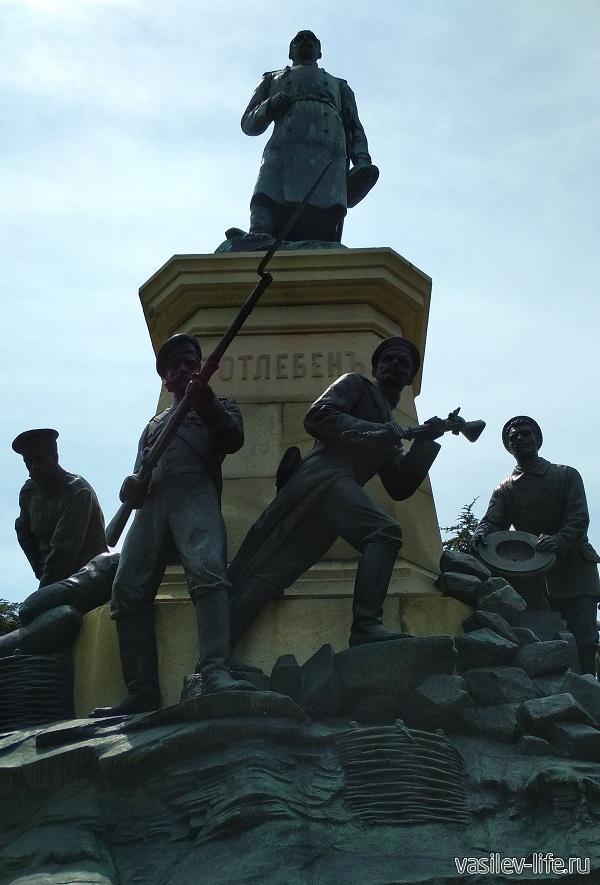 Памятник Тотлебену и солдатам