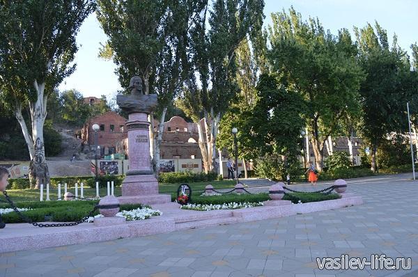 Памятник-Ушакову-на-фоне-Парамоновских-складов
