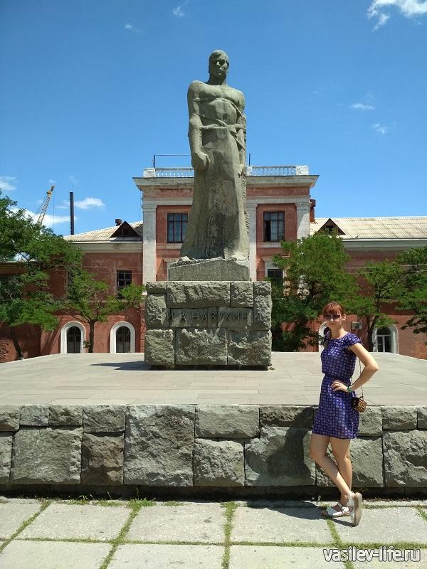 Памятник возле Фонтана Айвазовского