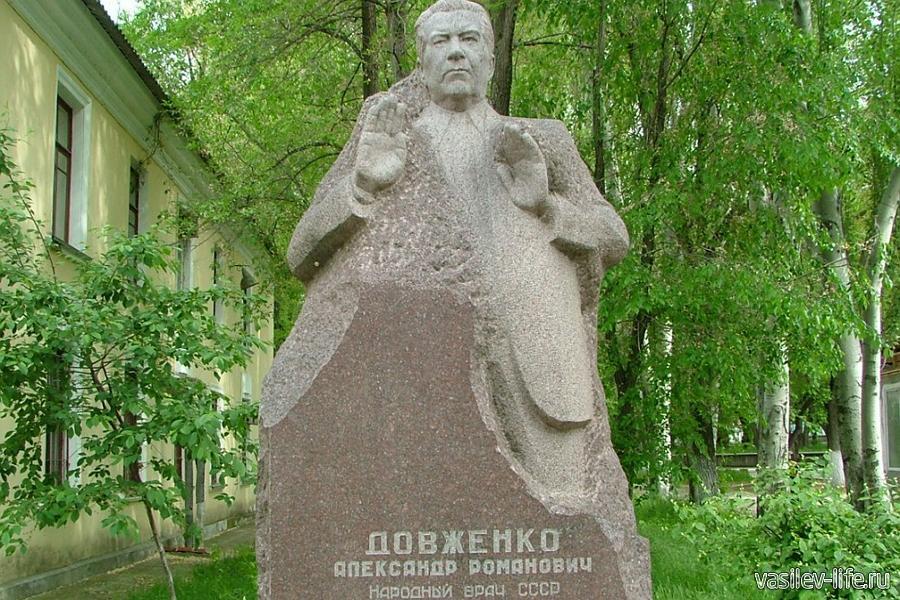 Памятник врачу Довженко в Феодосии