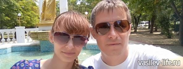 Памятник-фонтан «Доброму гению», мы с Ульянкой