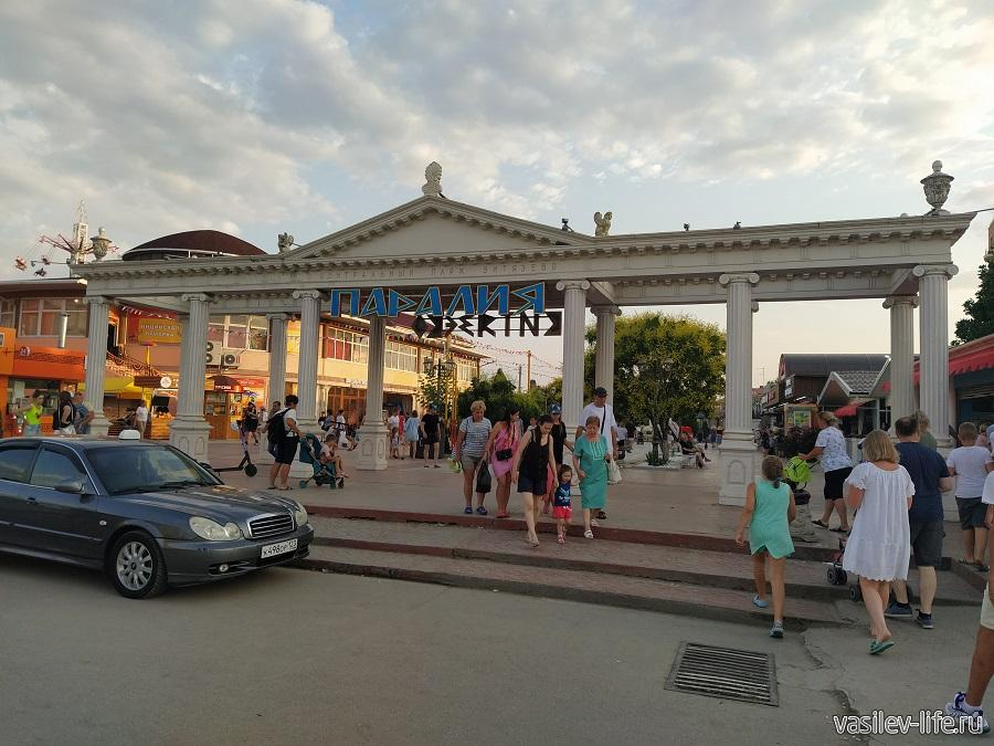 """""""Паралия"""" - главная пешеходная улица поселка"""