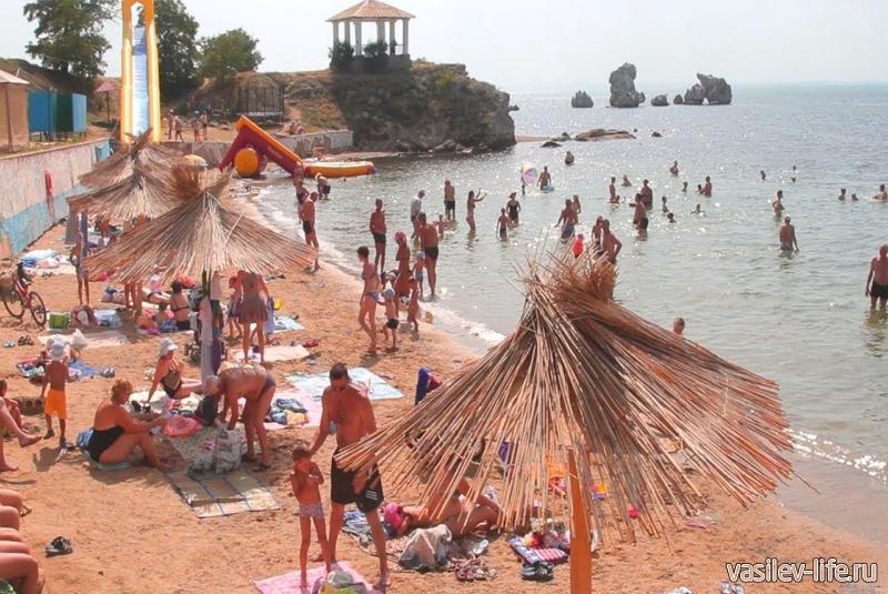 Пляж «Молодежный» в Керчи в разгаре