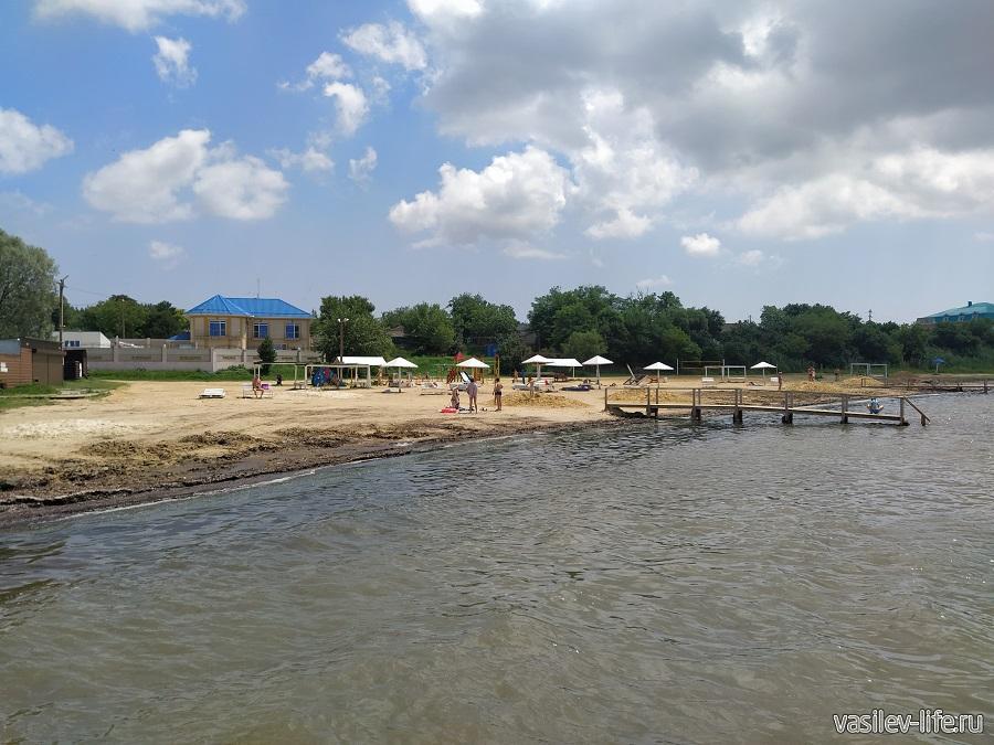 Пляж в Сенном грязный и малолюдный