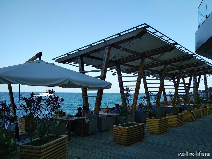 Большое количество кафе в районе пляжа