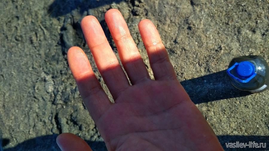 Рука сухая, но блестит из-за соли