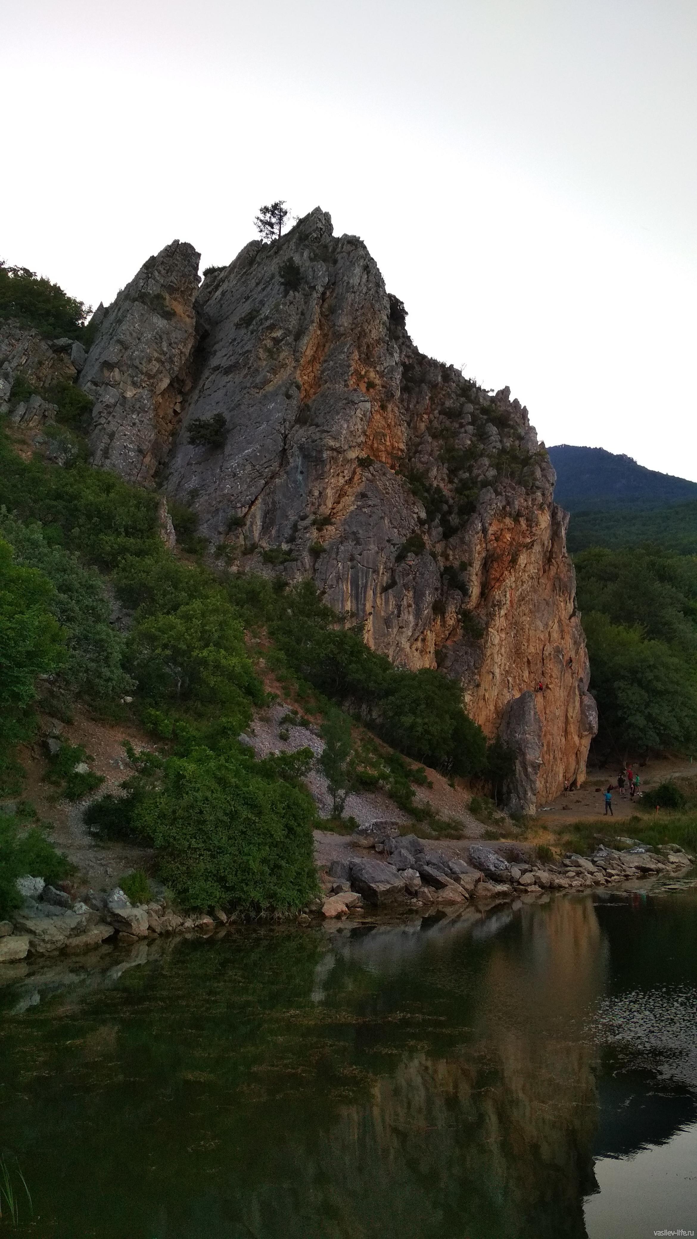 Скала Красный камень в Гурзуфе вид с озера