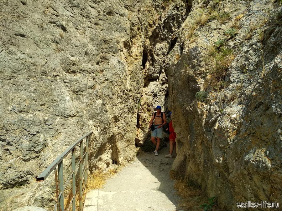 Сквозной грот (тропа Голицына) в Новом Свете
