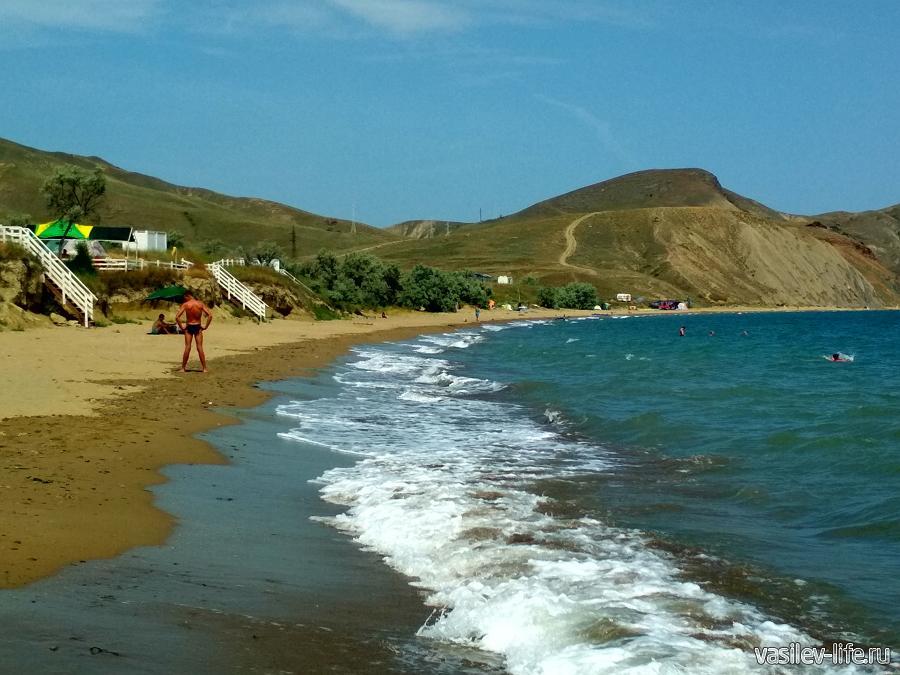 Тихая бухта, к пляжу ведут удобные ступеньки