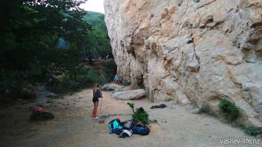 У подножия скалы Красный камень в Гурзуфе