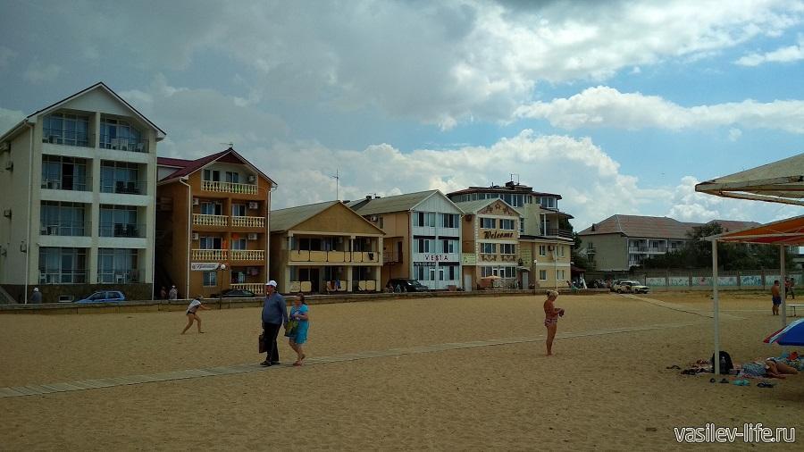 Вид на базу с пляжа