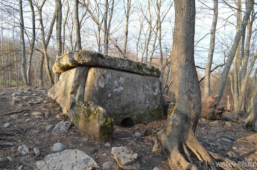 Хаджохский дольмен в Каменномостском (Адыгея)