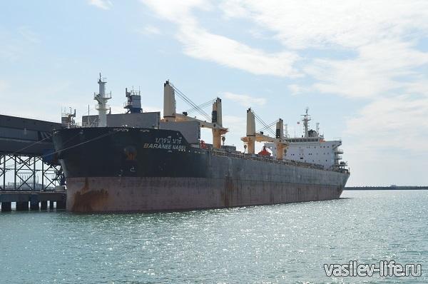 Большое-судно-в-порту-Туапсе