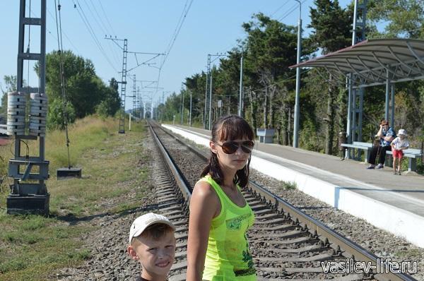 Железная дорога - по которой приезжает много людей отдыхать на черное море (прочувствовали на своей шкуре)