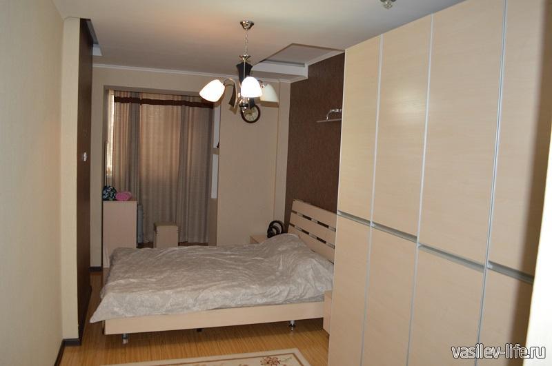 Двуспальная кровать в спальной