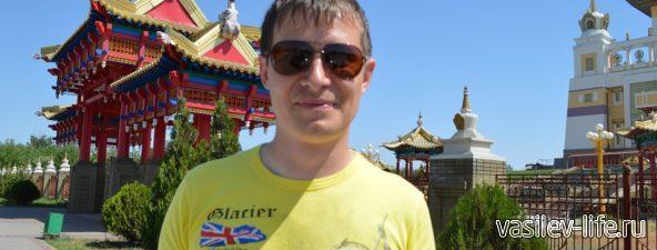 Элиста. Перед входом в буддийский храм