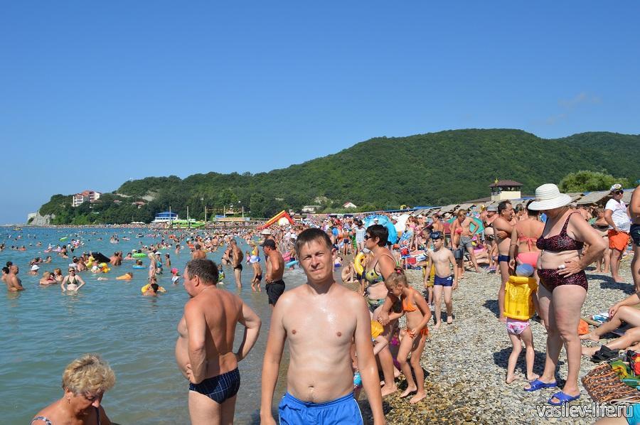Пляж в Архипо-Осиповке плотно забит туристами