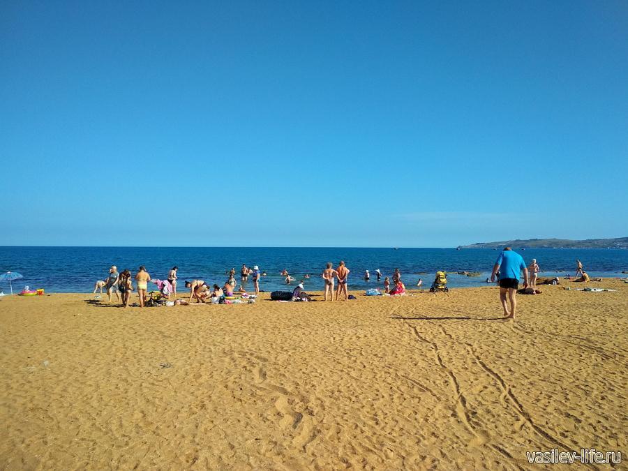 Широкий песчаный пляж